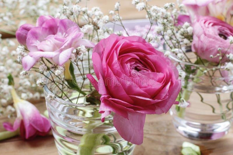 Blomsterhandlarearbetsplats: ofullständiga mycket små buketter fotografering för bildbyråer