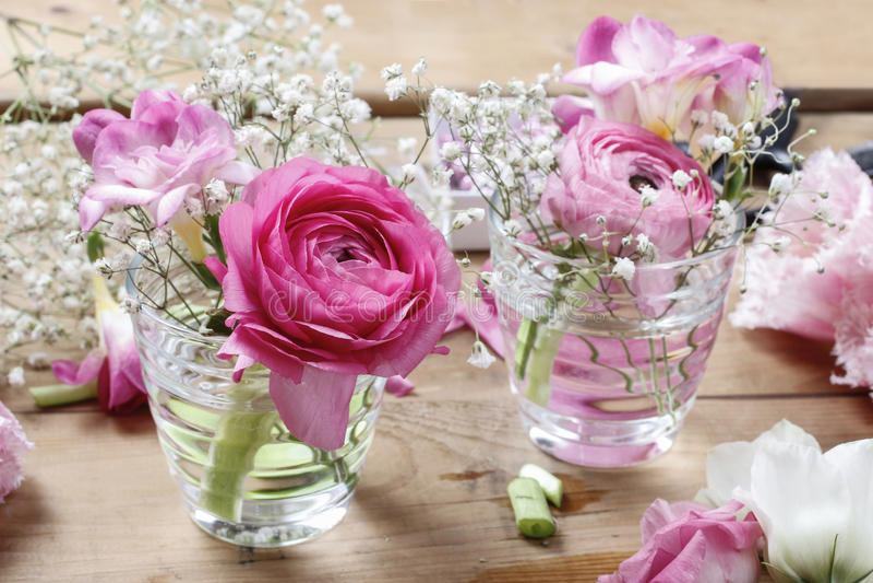 Blomsterhandlarearbetsplats: ofullständiga mycket små buketter royaltyfri fotografi