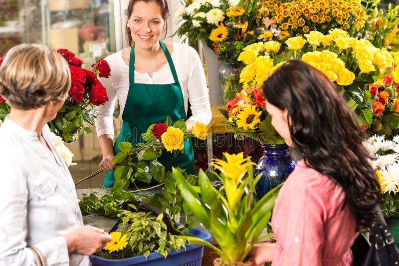 Blomsterhandlarekvinna som förbereder bukettkundblomsterhandeln royaltyfri bild