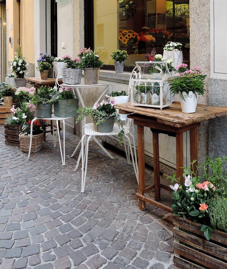 Blomsterhandlaren shoppar royaltyfri fotografi