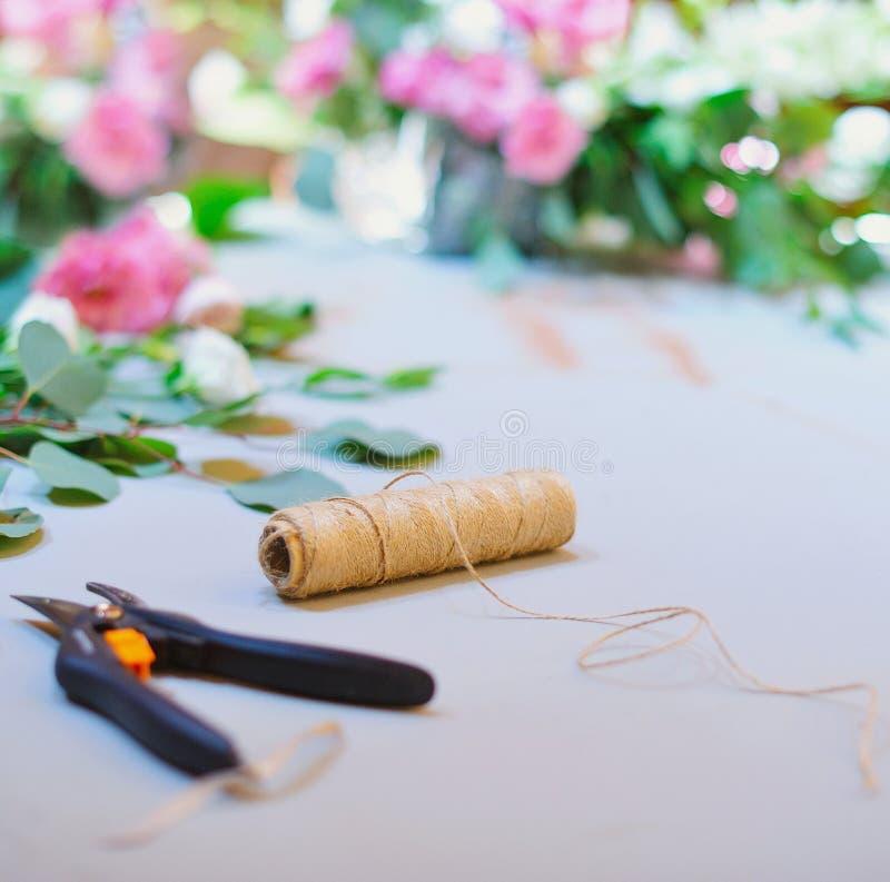 Blomsterhandlareworkspace för att dekorera bröllopmottagande royaltyfri bild