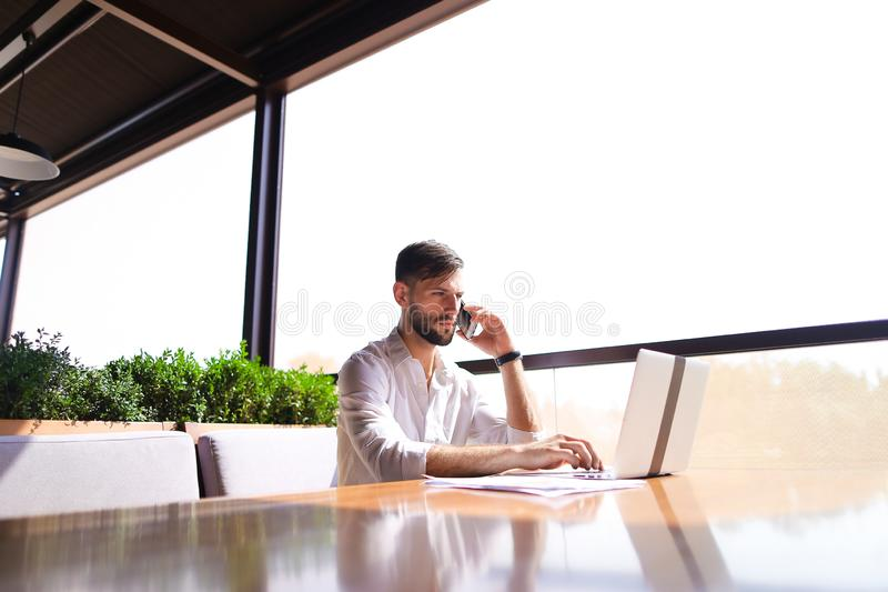 Blomstrande dokument för läsning för försäljningschef, genom att använda bärbara datorn på tabl royaltyfri foto
