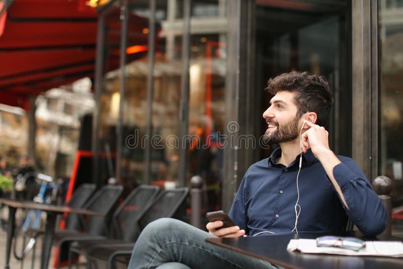 Blomstrande fröjd för försäljningschef och prata med smartphonen royaltyfri bild