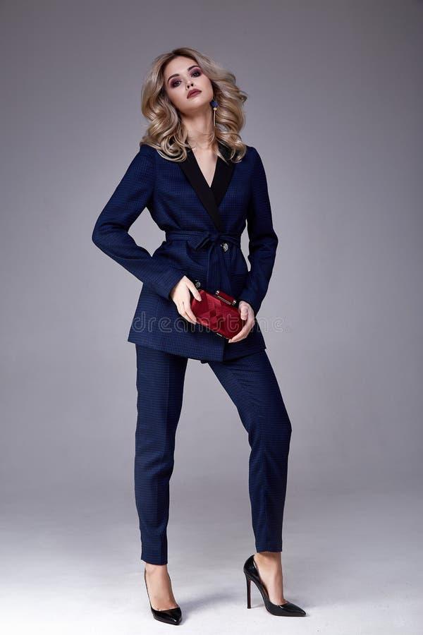 Blon perfecto de la forma del cuerpo de negocios de la mujer de la señora del estilo hermoso del jefe foto de archivo