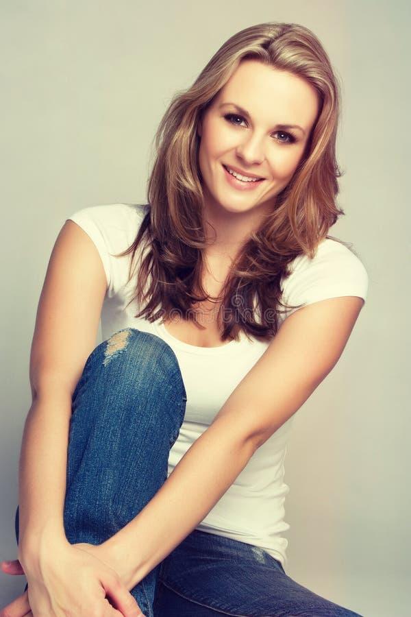 blond ładna uśmiechnięta kobieta zdjęcie stock