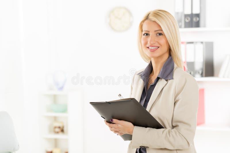 Blond affärskvinna With Folder arkivbild