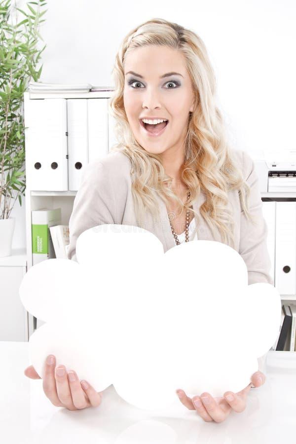 Blond affärskvinna med en tom annonsering i hans hand royaltyfri foto