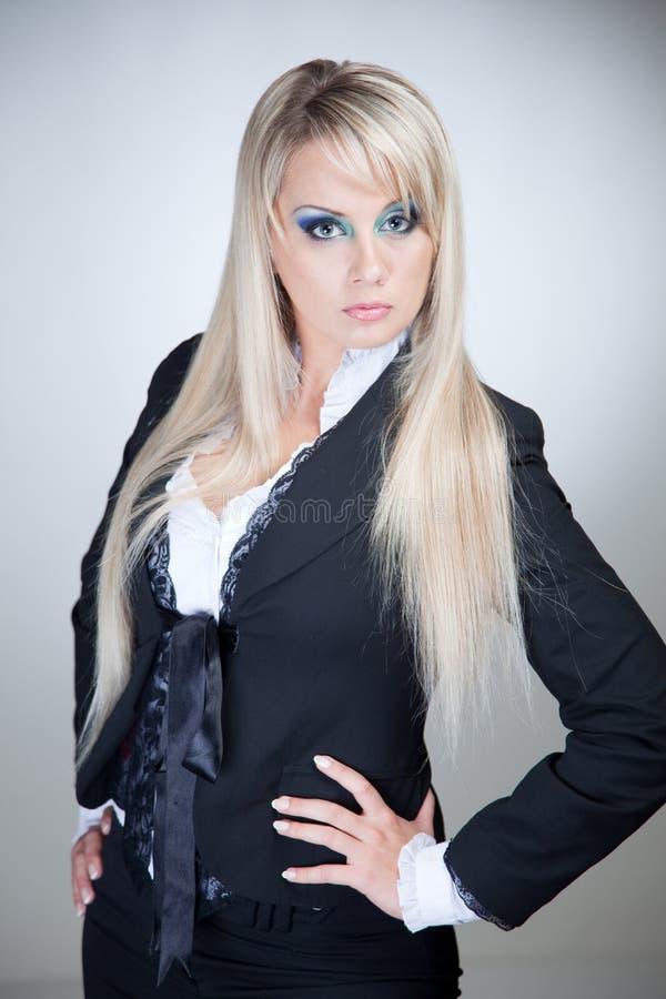 blond allvarlig kvinna arkivbild