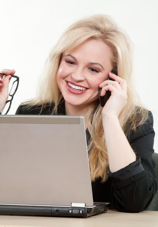 Blond attraktiv caucasian affärskvinna arkivbild