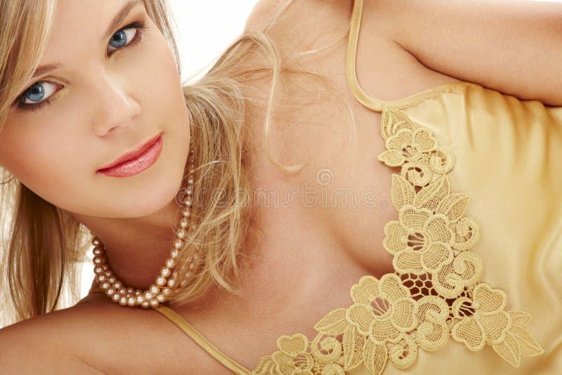 Blond aux yeux bleus mystérieux en perles #2 photo libre de droits