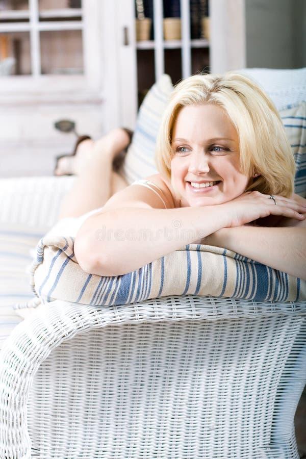 blond avslappnande sofakvinna fotografering för bildbyråer