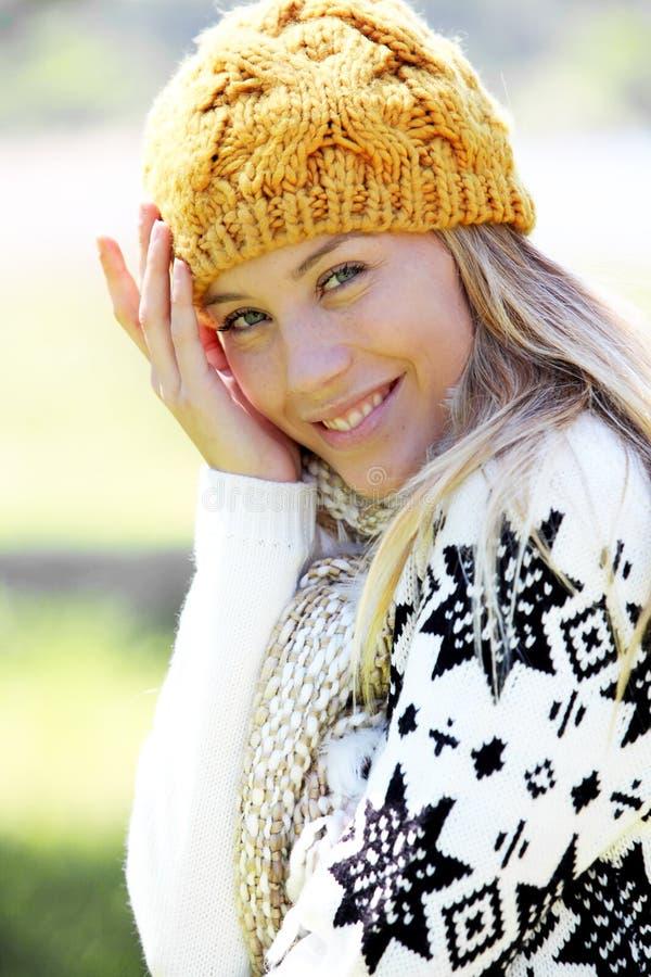 Blond bärande vinterkläder för ung kvinna arkivfoton