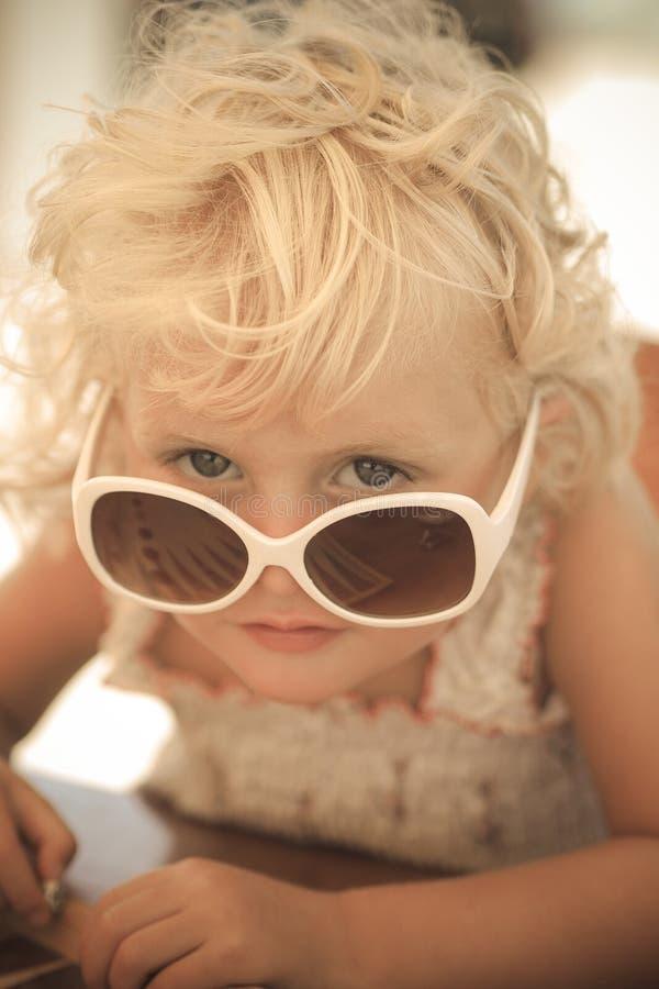 Blond babymeisje met zonglazen stock afbeeldingen