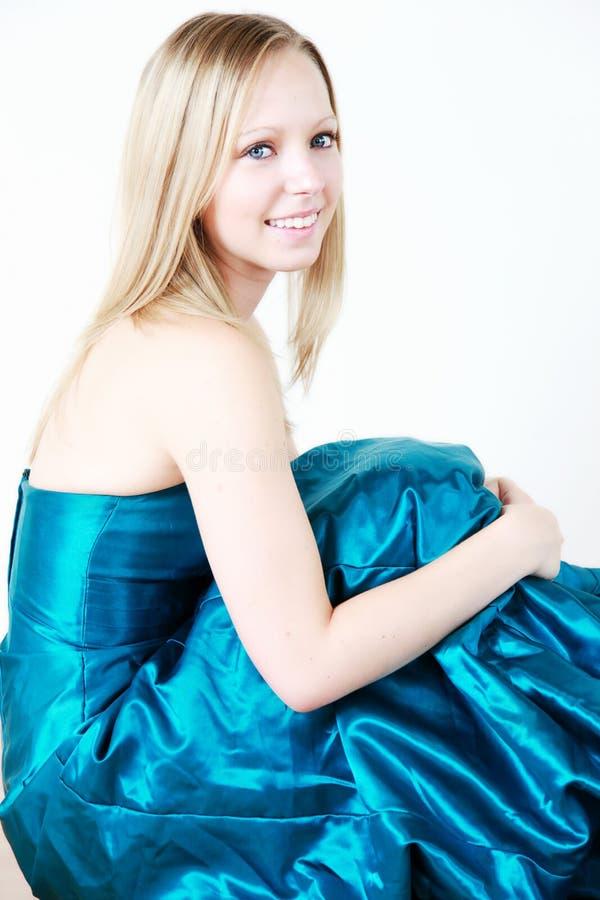 blond blå klänningstudentbal arkivbilder