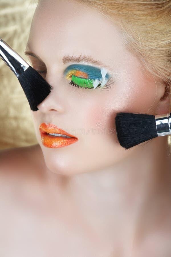 blond borstesminkkvinna fotografering för bildbyråer