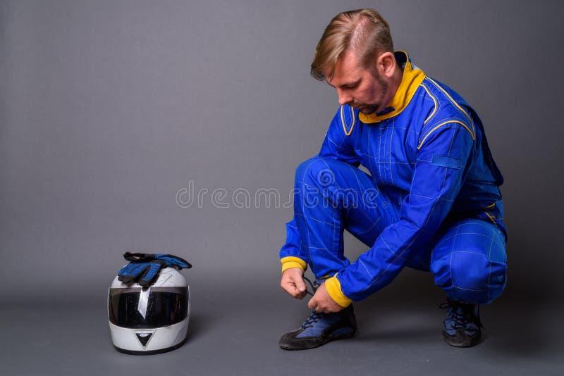 Blond brodaty mężczyzny motocyklista z goatee w pełnej przekładni przeciw zdjęcia stock