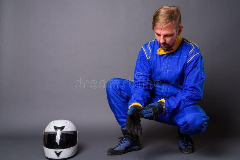 Blond brodaty mężczyzny motocyklista z goatee w pełnej przekładni przeciw zdjęcia royalty free