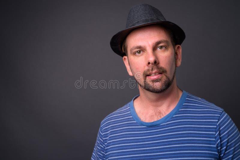 Blond brodaty turystyczny mężczyzna z goatee przeciw szaremu tłu zdjęcia stock