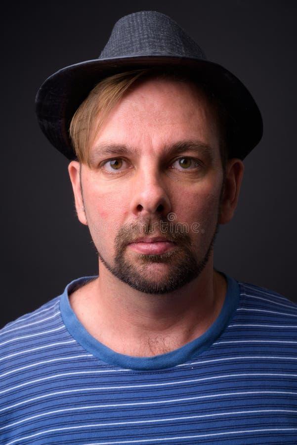 Blond brodaty turystyczny mężczyzna z goatee przeciw szaremu tłu zdjęcia royalty free