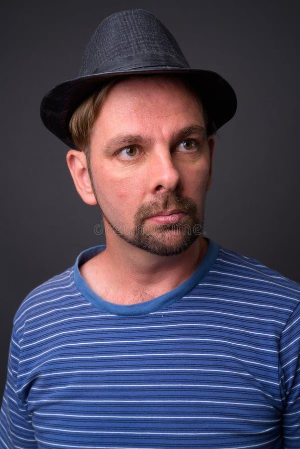 Blond brodaty turystyczny mężczyzna z goatee przeciw szaremu tłu obraz royalty free