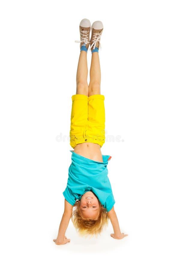 Blond chłopiec pozycja na rękach fotografia royalty free
