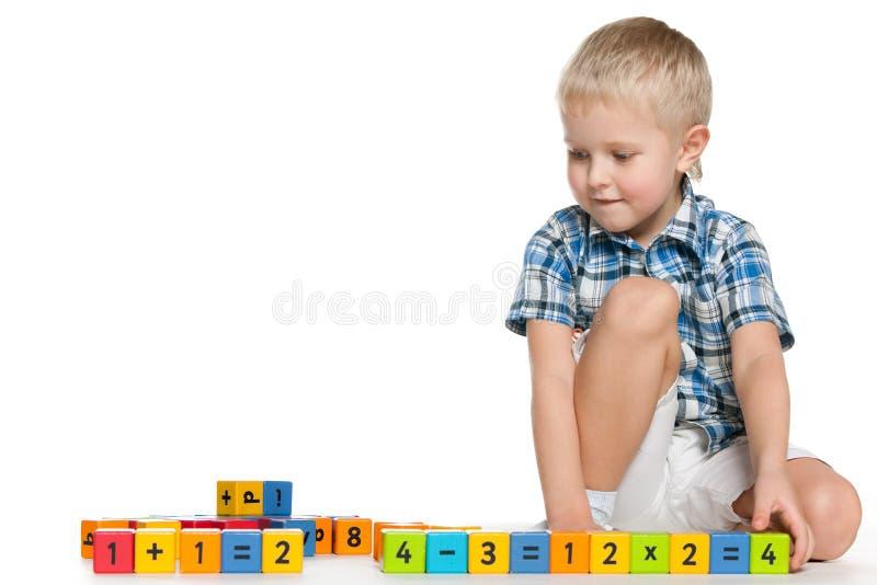 Blond chłopiec z blokami na podłoga zdjęcie royalty free