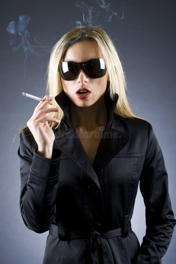 blond cigarettholdingkvinna fotografering för bildbyråer