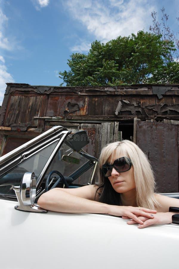 Blond in convertibel stock fotografie