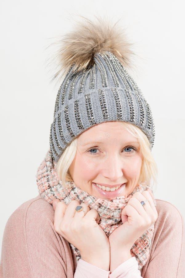Blond dam Smiling i vinterkläder fotografering för bildbyråer