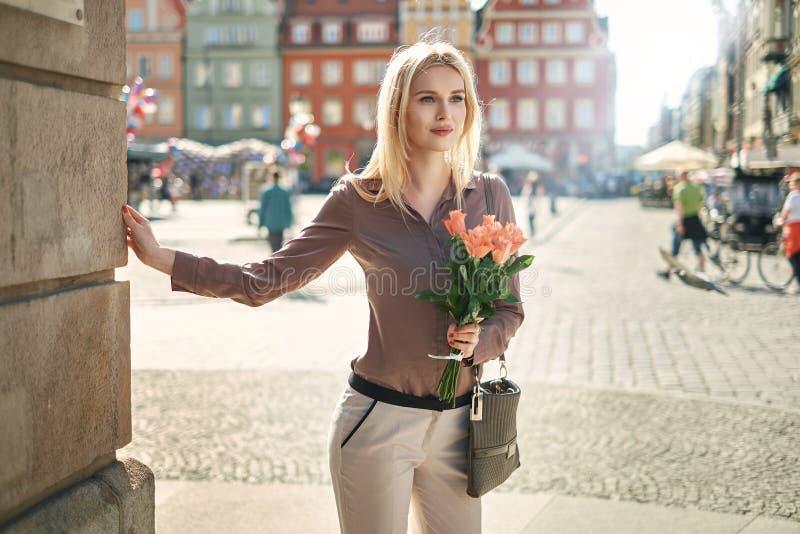 Blond dam som väntar på hennes datum arkivfoton
