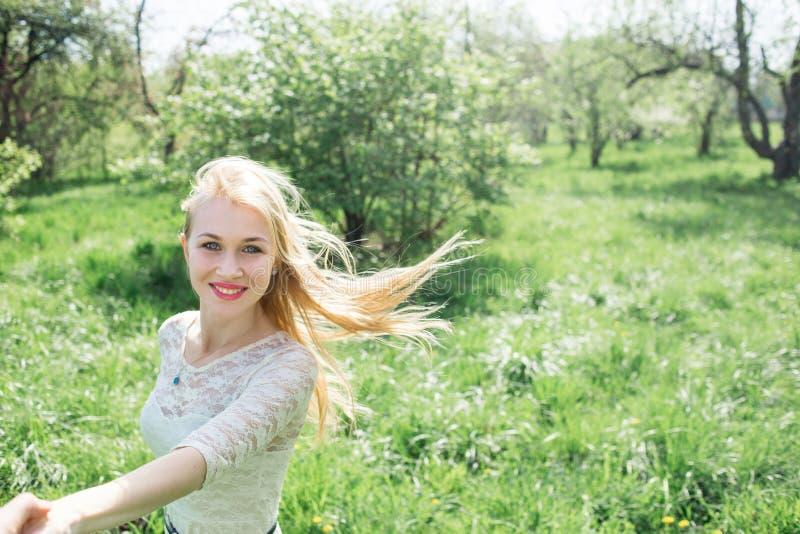 Blond dans i vårträdgård Älskvärd dans Lovestory för par royaltyfria bilder