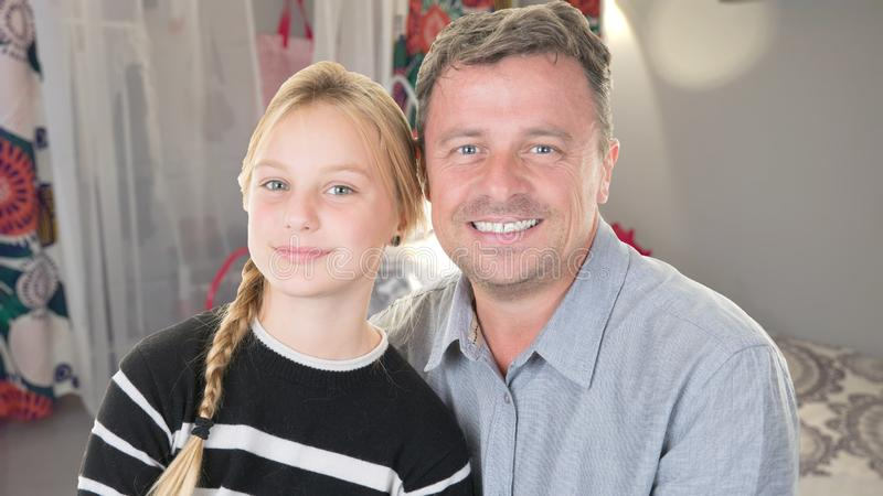 Blond dochter en vaderportret thuis stock foto's