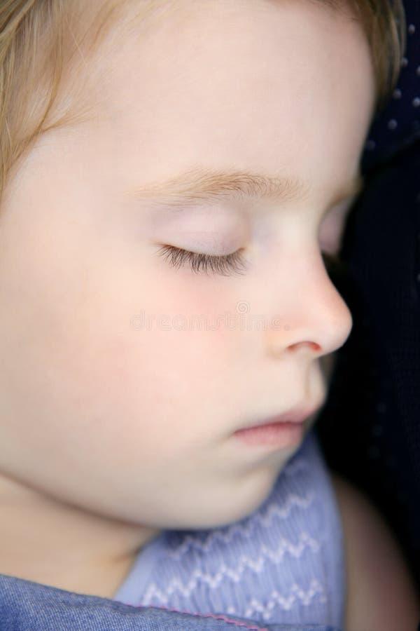 blond dziecka zbliżenia mały portreta dosypianie zdjęcia royalty free