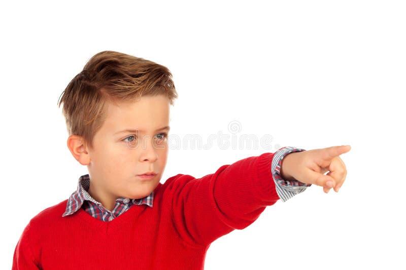 Blond dziecko wskazuje z jego palcem z czerwonym bydłem zdjęcie stock