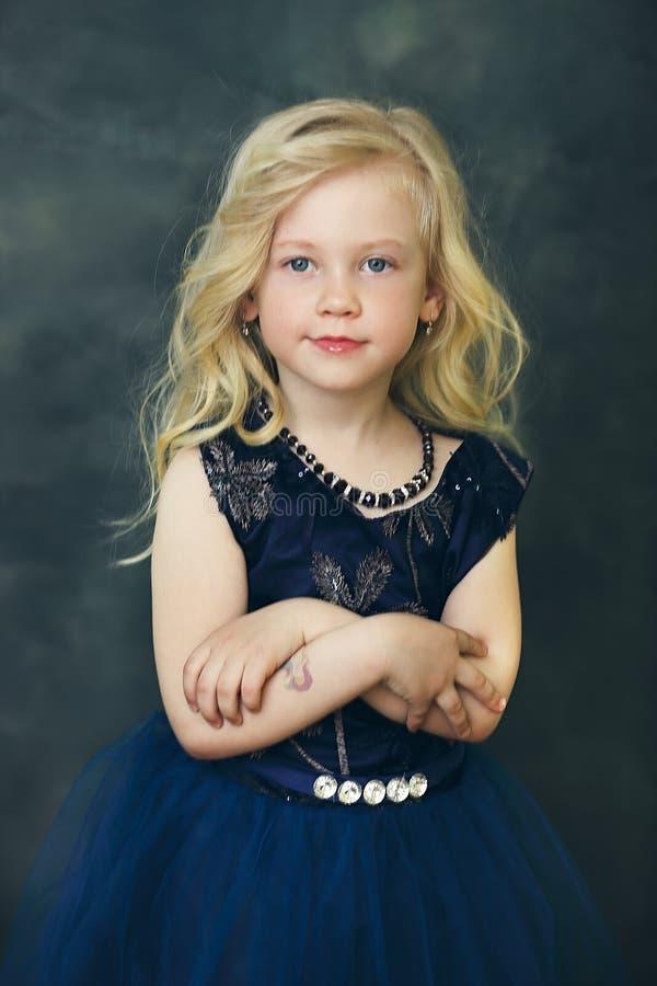 blond dziewczyna troch? zdjęcie royalty free