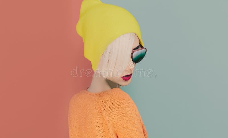 Blond dziewczyna z elegancką nakrętką i okularami przeciwsłonecznymi obrazy royalty free