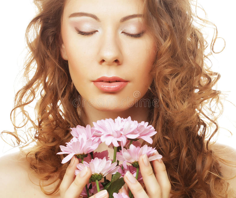 Blond dziewczyna z menchiami kwitnie na białym tle zdjęcie stock