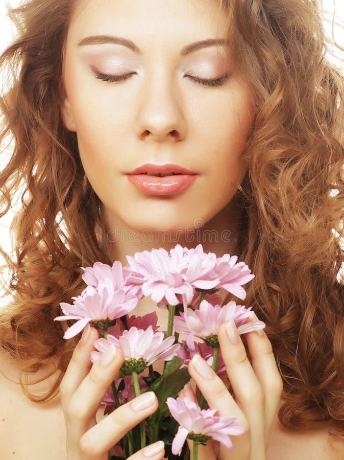 Blond dziewczyna z menchiami kwitnie na białym tle obraz stock