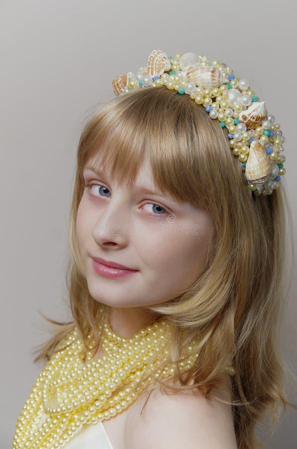 Blond dziewczyna z syrenki headpiece obrazy stock