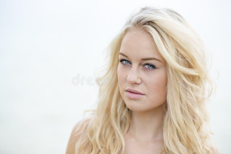 Blond dziewczyny jaskrawy portret fotografia royalty free