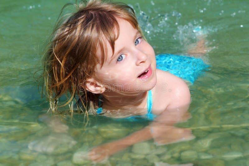 blond dziewczyny jeziorny rzeczny dopłynięcie obrazy stock