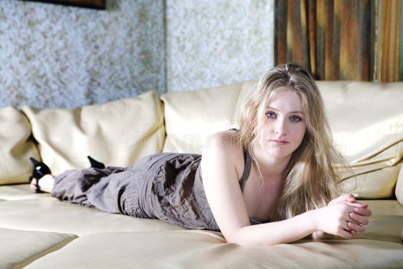 blond dziewczyny osamotniony smutny nastoletni obraz stock
