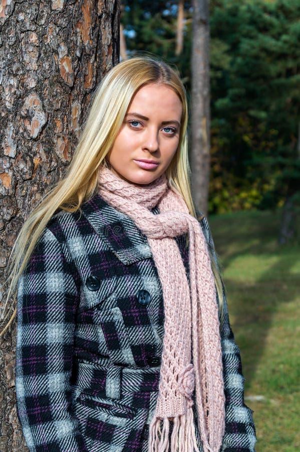 blond dziewczyny się uśmiecha Portret szczęśliwi rozochoceni piękni potomstwa obraz royalty free