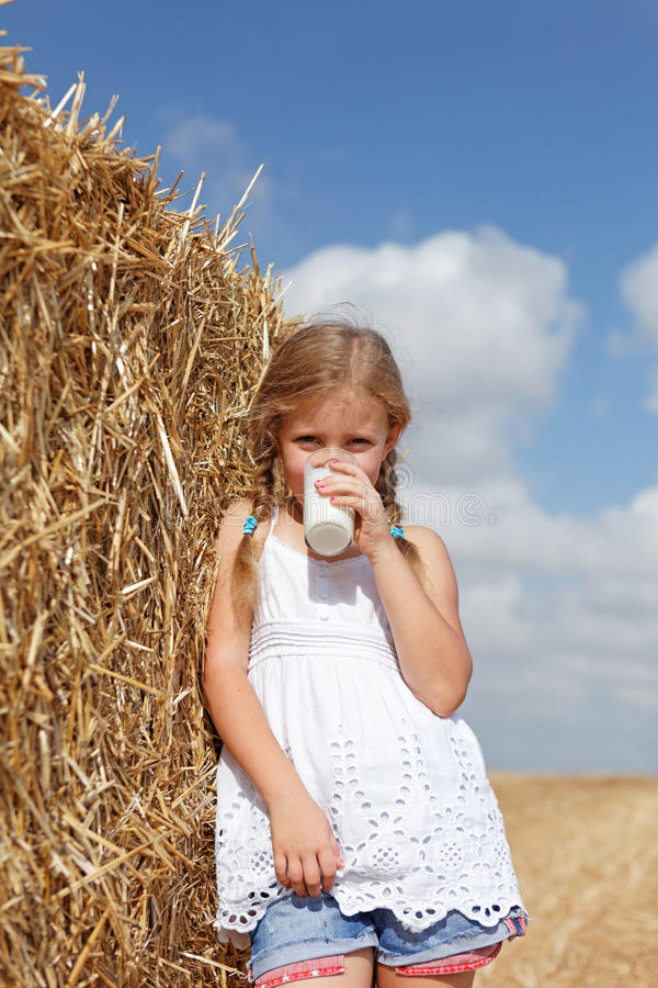 Blond dziewczyny target1036_0_ mleko fotografia royalty free