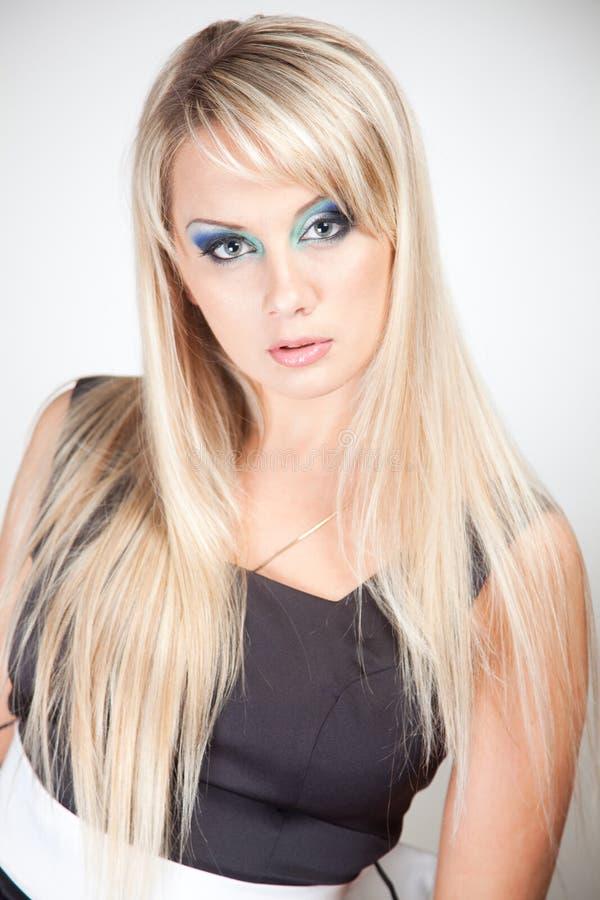 blond elegant ståendekvinna fotografering för bildbyråer