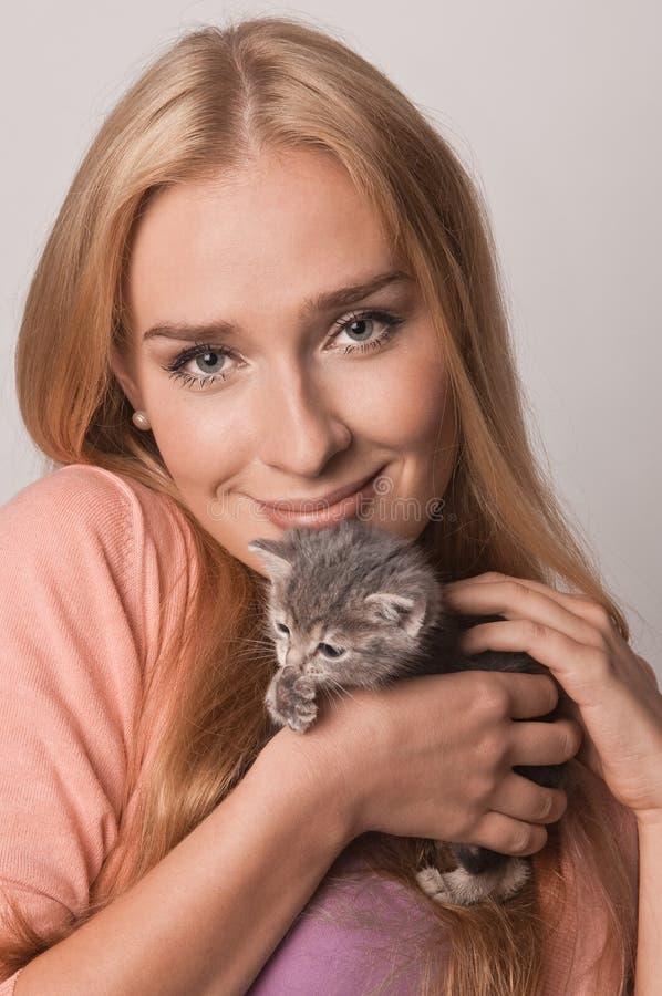 Blond en katje stock fotografie
