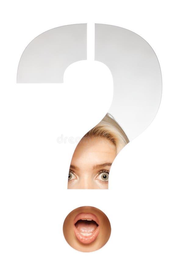 Blond flicka bak ett tecken för frågefläck arkivfoto