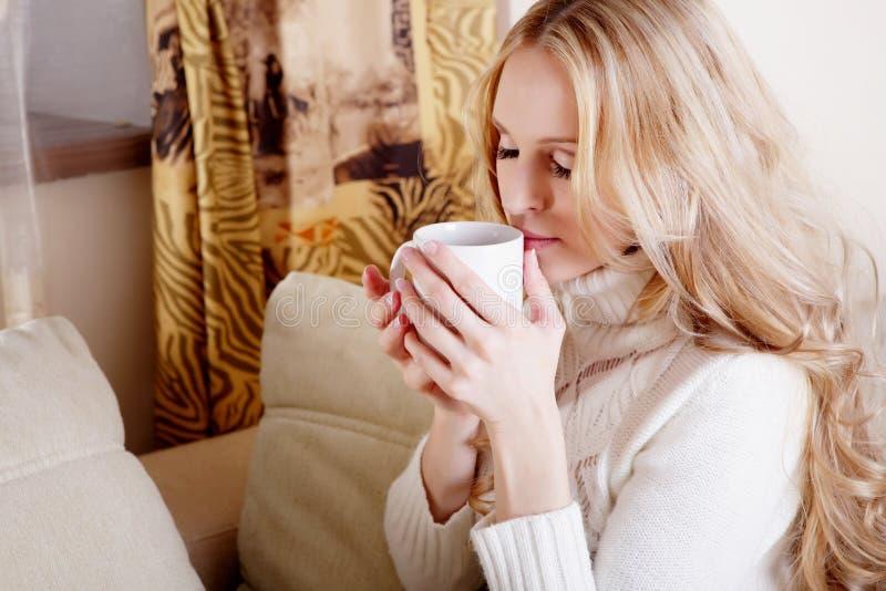 blond flicka för kaffekopp royaltyfri fotografi