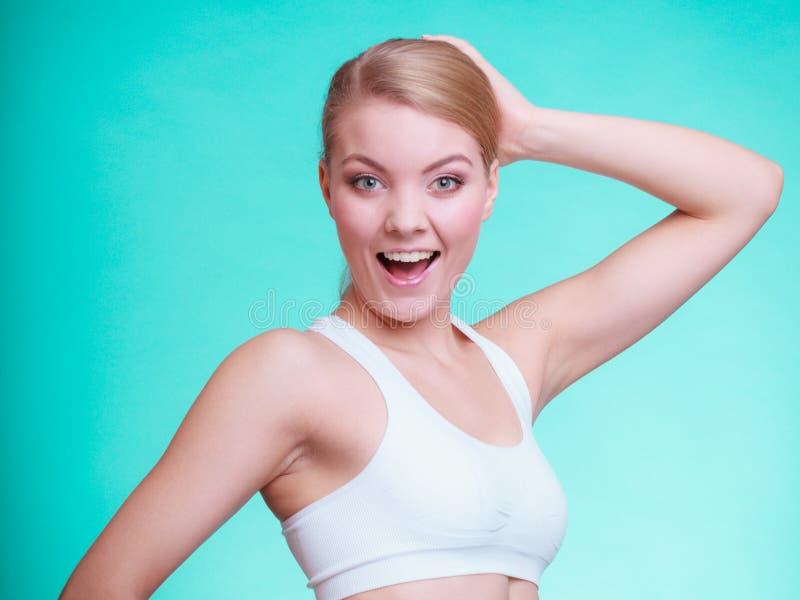 Blond flicka för ung sportig kvinnapassformkondition royaltyfria bilder
