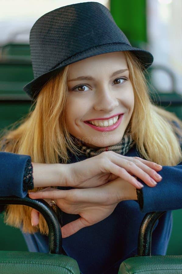 Blond flicka i bussen som vilar på platsen arkivbilder